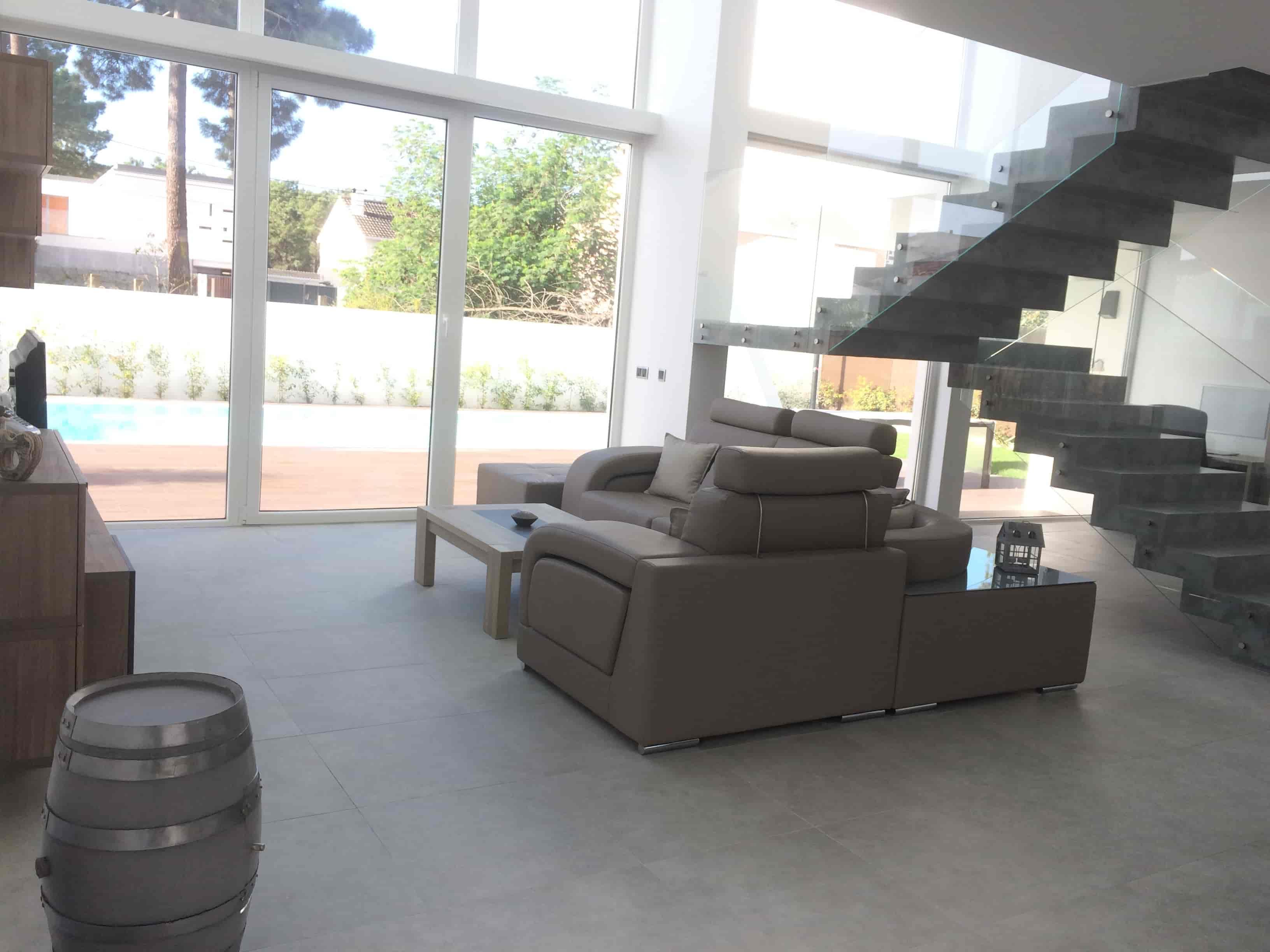 Le salon et le jardin de notre maison Villa Feria à Aroeira au Portugal